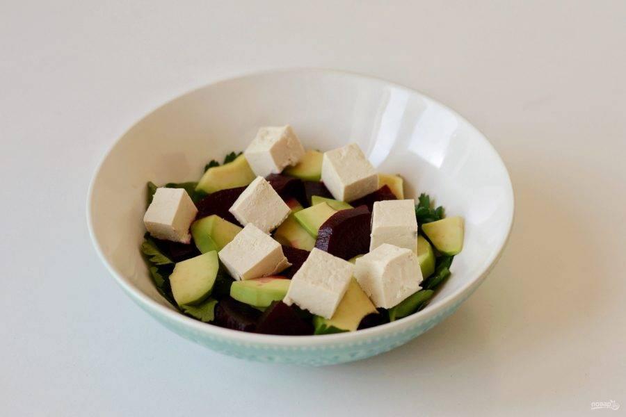 Тофу нарежьте кубиками.