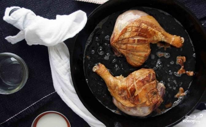 Начините с обжарки утиных ножек. Их нужно очистить и натереть солью и перцем. Бросьте их на сковороду и обжаривайте до образования золотистой корочки на кожице. Утку переложите в посудину и слейте жир. Его получится довольно много, зато потом этот жир можно использовать для обжарки чего-либо. Время обжаривания – около 10-12 минут.