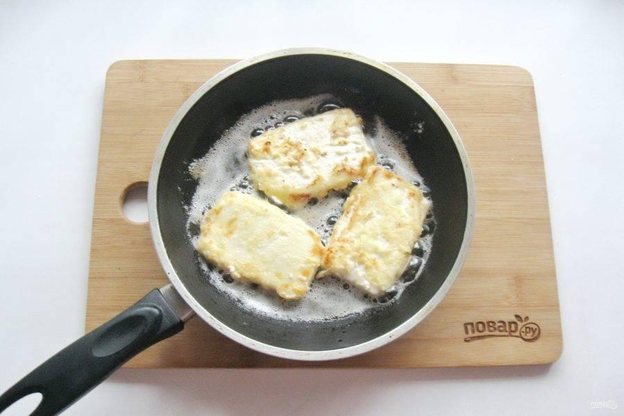 Обжарьте сыр до легкого золотистого цвета с обеих сторон.