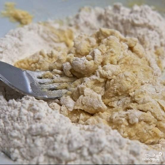 Используя вилку, тщательно перемешиваем муку и яичную смесь, превращая массу в мягкое тесто.