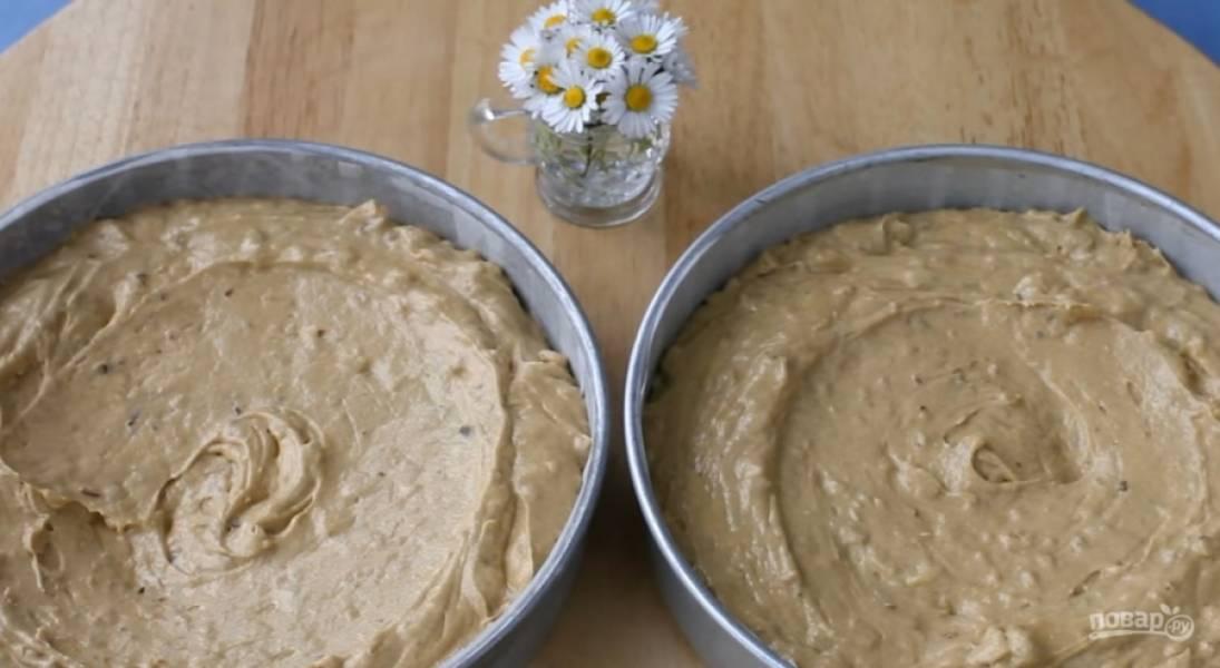4.Выложите тесто в две одинаковые формы, выпекайте в разогретой до 170 градусов духовке 30 минут.