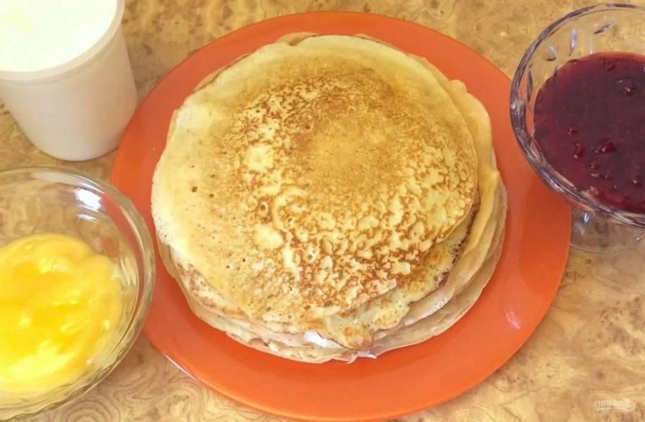 4. Разогрейте сковороду и смажьте растительным маслом. Выпекайте блины в течение 1 минуты с каждой стороны. Подавайте блины с любимыми добавками: сметаной или вареньем. Приятного аппетита!