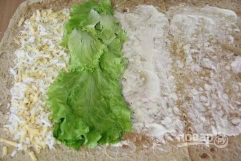 2. Вымойте и обсушите листья салата. Выложите их прямой полоской рядом.