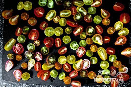 2. Сделать салат. Разрезать пополам каждый помидор вдоль и выложить срезом вверх на блюде.