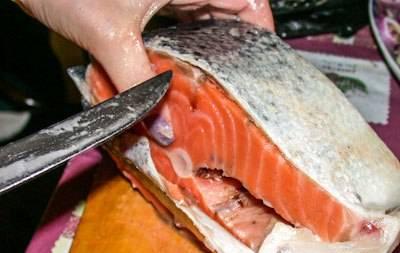 Подготавливаем рыбу. Вырезаем кости тонким ножом, начиная от позвоночника. Снимаем кожу.