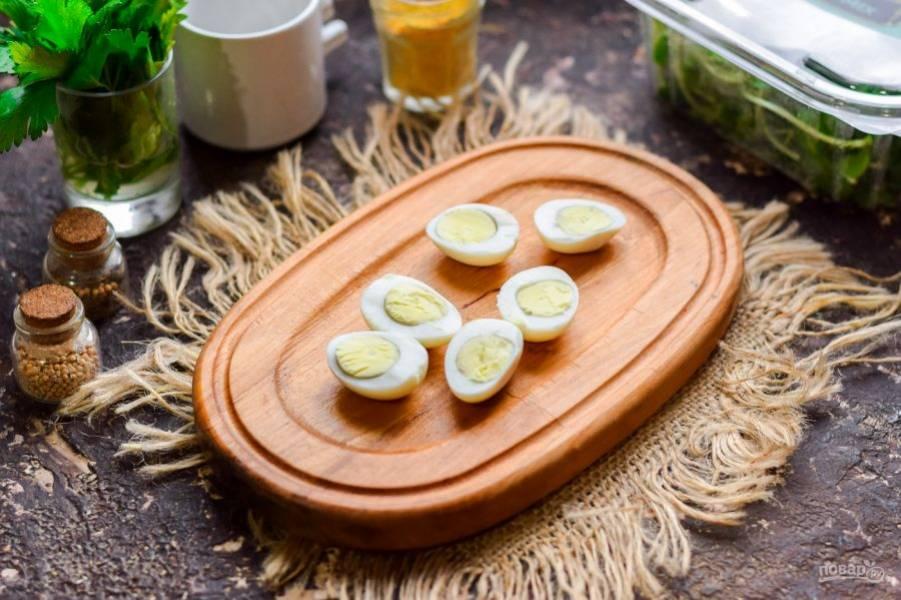 Перепелиные яйца варите 3-4 минуты, после остудите, почистите и разрежьте пополам.