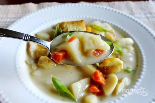 7. Перед подачей дополните картофельный суп на молоке зеленью и по желанию сухариками. Приятного аппетита!