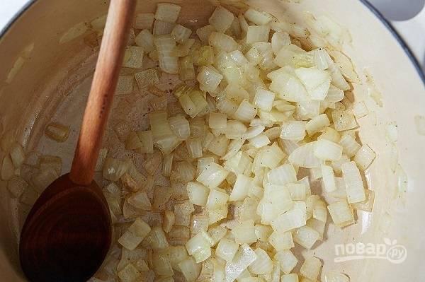 2. Выложите в кастрюлю сливочное масло, растопите его. Отправьте туда лук. Обжарьте, помешивая, до прозрачности. Добавьте чеснок, жарьте еще пару минут.