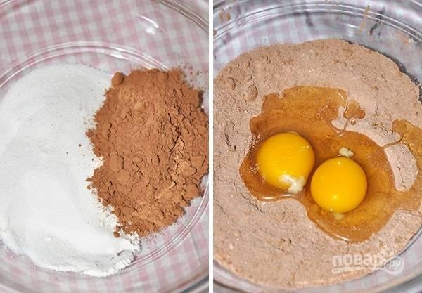 2. Отдельно соедините оставшийся сахар, просеянную муку и какао. Вбейте яйца, перемешайте.