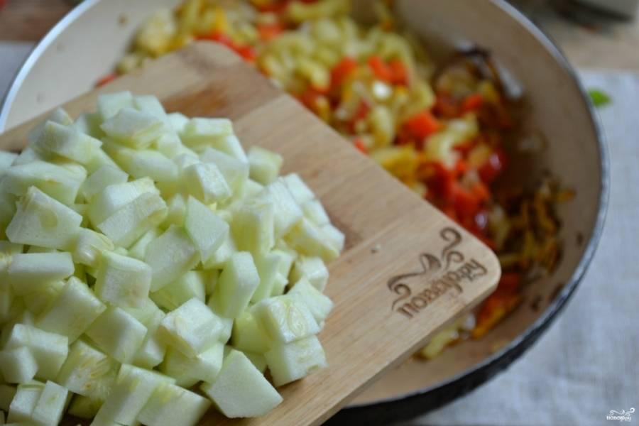 В сковороде разогрейте подсолнечное масло. Сначала высыпьте лук и поджарьте 2 минуты на среднем огне. Потом добавьте тертую морковь и порезанный перец. Пассеруйте 5 минут. Далее добавьте кабачок, слегка отжав его от образовавшегося сока. Хорошо перемешайте, накройте крышкой и тушите на медленном огне 10 минут.
