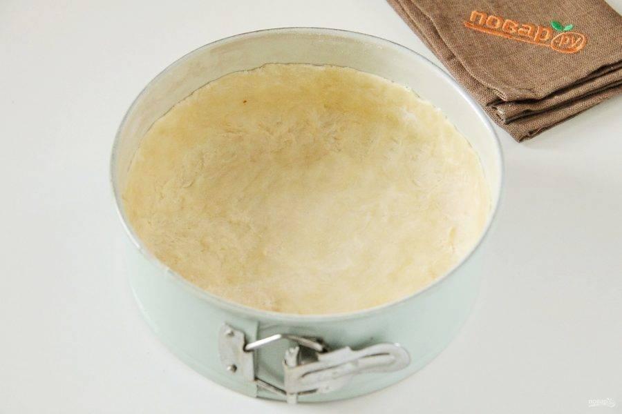 6. Достаньте тесто и распределите его в смазанной форме для выпечки, формируя руками высокие бортики.