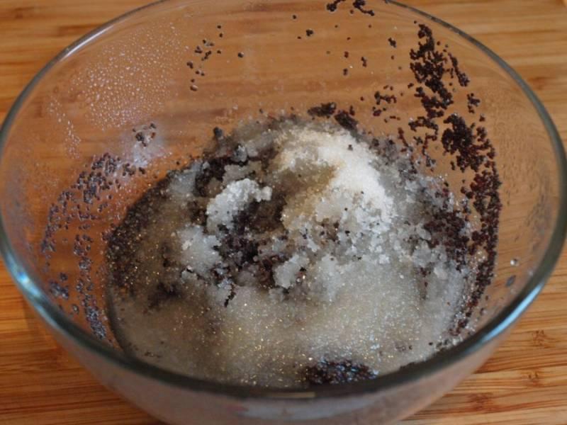 Сливаем с распаренного мака воду и перетираем его в ступке вместе с сахаром.