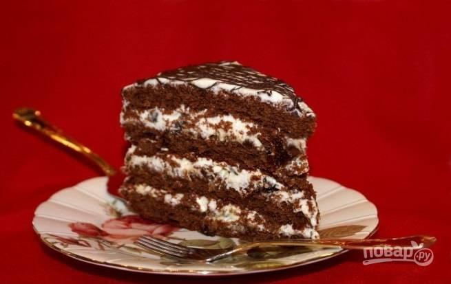 14.Поливаю торт шоколадным топпингом и ставлю его в холодильник на 6-10 часов для пропитки, после этого разрезаю на части и подаю к столу.