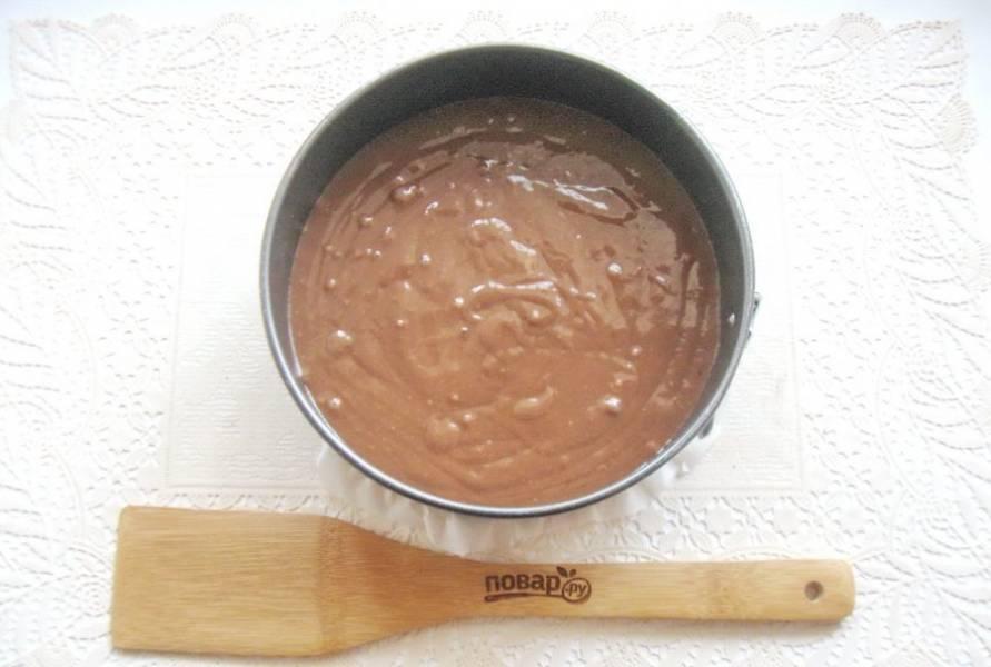 Выложите тесто в форму для выпечки с пекарской бумагой.