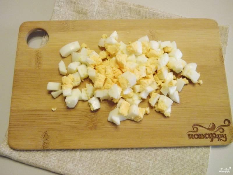 Яйца порубите небольшими кубиками.