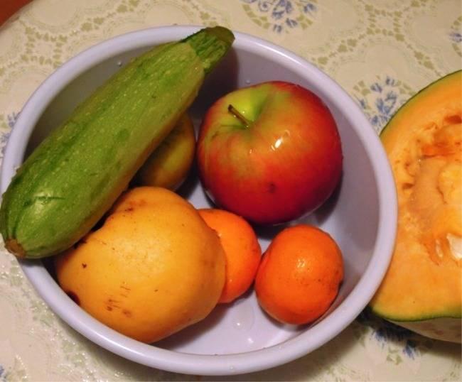 Вымойте и очистите овощи и фрукты. Порежьте яблоки и груши пополам, тыкву и картофель — кубиками, кабачок — кружочками, мандарин и чеснок оставьте целыми. Также можно добавить айву, баклажаны и грибы.