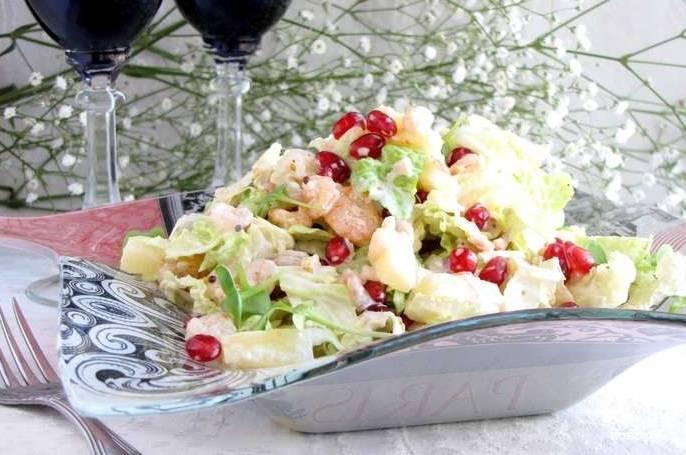 6. Подготовьте салатник, переложите в него блюдо. Украсьте салат двумя-тремя веточками петрушки или укропа. Теперь вы знаете, как приготовить салат из пекинской капусты с креветками. Надеюсь, что в ближайшее время вы убедитесь в том, насколько это необычайно вкусно!
