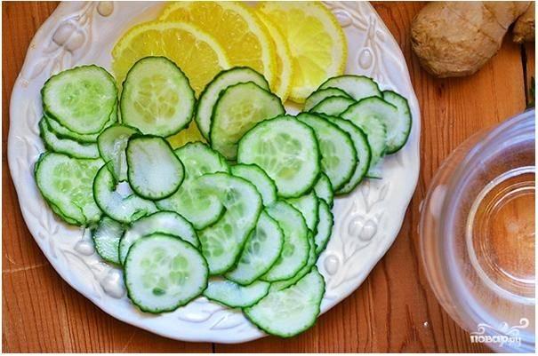 1. Лимон хорошенько вымойте, обдайте кипятком со всех сторон или просто опустите в кипяток на 30-40 секунд, чтобы из кожуры ушла горечь. Затем нарежьте его вместе с кожурой на тоненькие пластинки. Огурец также хорошо помойте и нарежьте тонкими кружочками. Если кожура огурца горькая, его можно почистить.