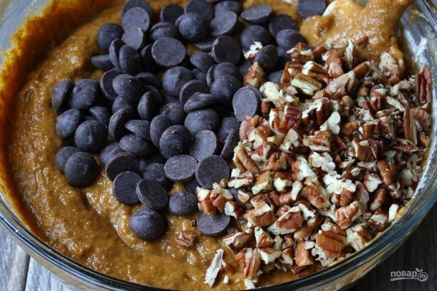 7.Выложите в миску к тесту шоколадную стружку, нарезанные крупно орехи (0,5 стакана).