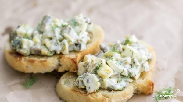 Такой салатик запросто можно выкладывать на гренки. Тогда на вашем повседневном или праздничном столе появятся ещё и оригинальные сочные бутерброды!