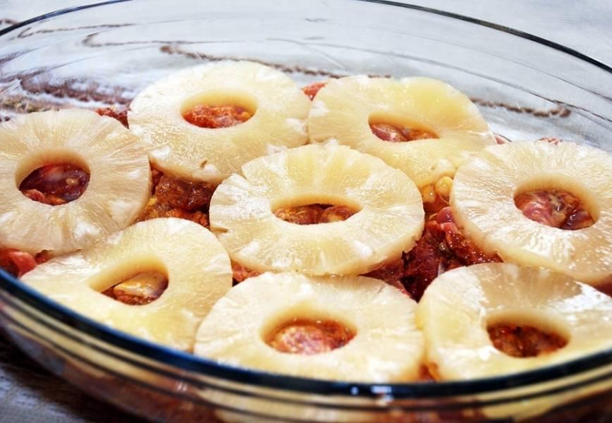 Кладем курицу в блюдо для запекания, сверху, на каждый кусочек выкладываем кружочки ананаса.