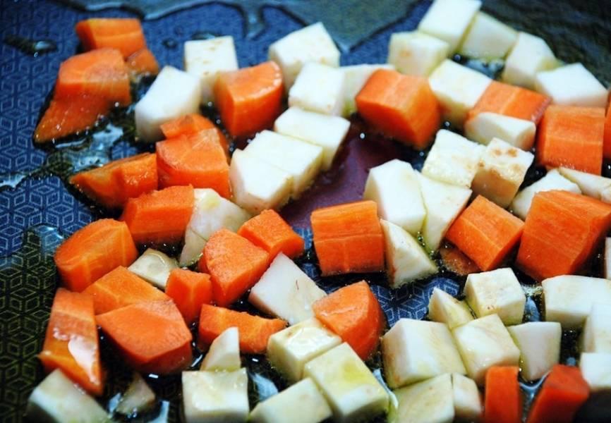Обжарьте на сковороде в течение 5 минут порезанные сельдерей и морковь, затем добавьте измельченный лук.