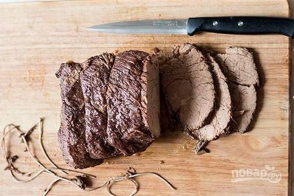 Остывшее (а лучше – холодное) мясо нарежьте острым ножом на порционные кусочки.