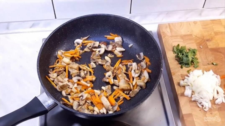 2. На сковороду вылейте немного оливкового масла, добавьте сливочное масло и отправьте туда морковь и грибы. Потом добавьте туда болгарский перец, лук.
