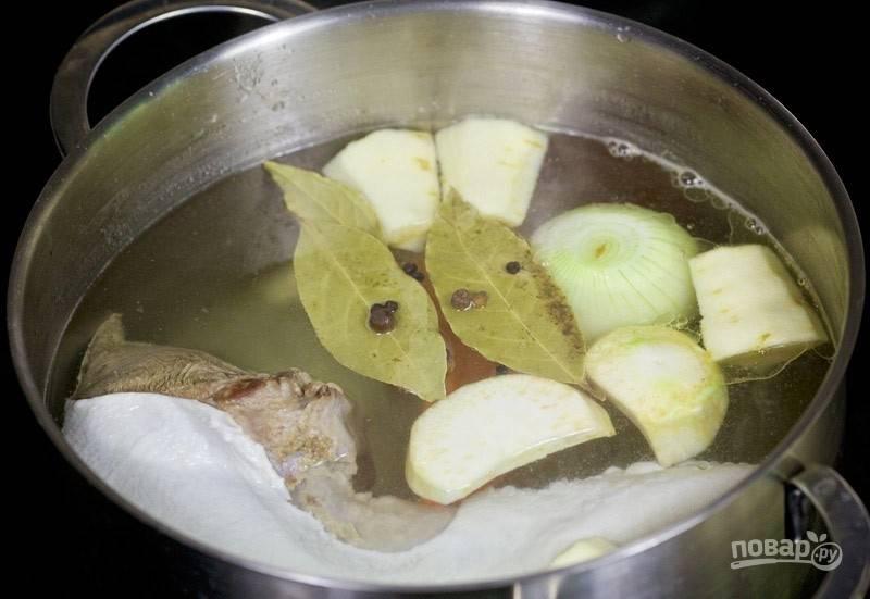 Затем внесите в кастрюлю весь перец и лавровый лист. Варите всё 30 минут.
