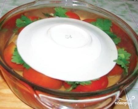 Придавить чем-нибудь тяжелым, когда остынут убрать в холодильник. Утром помидоры готовы к употреблению.