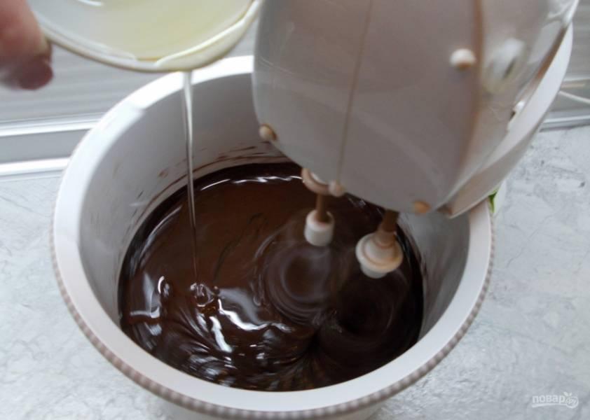3.Добавляю подсолнечное масло (без запаха) и кипяток, взбиваю.