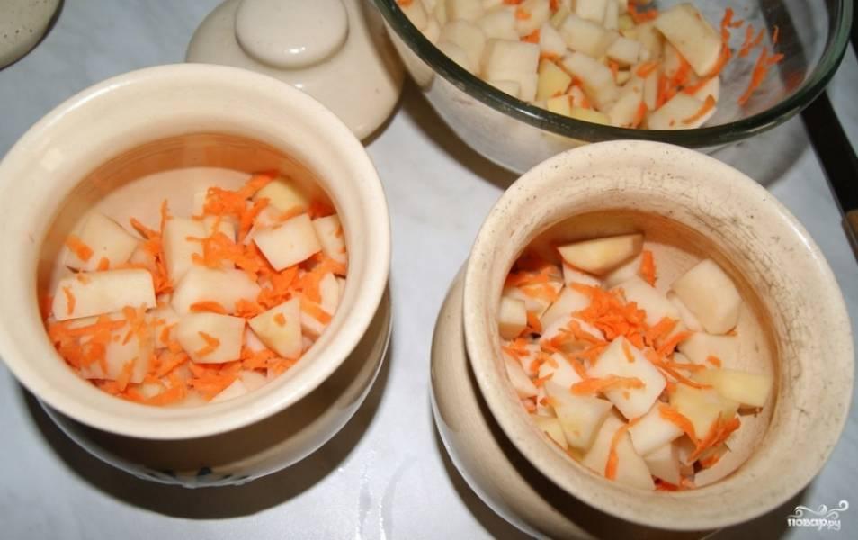 На дно горшочков выкладываем лук. Затем складываем индейку, картофель и лук.