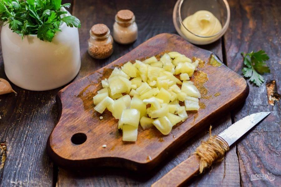 Сладкий перец очистите от семян и удалите перегородки. Нарежьте перец небольшими кубиками.