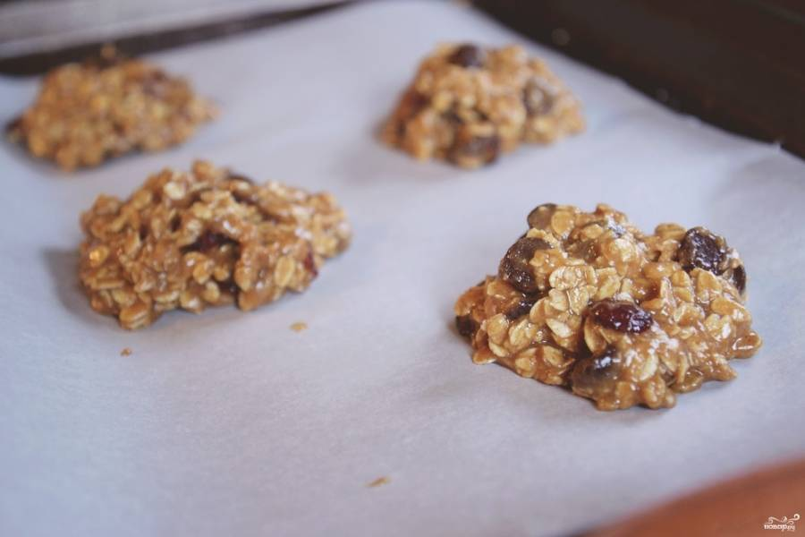 2. Перемешаем еще раз и ложкой формируем печенье, выкладывая на противень. Запекаем примерно 10 минут в духовке, разогретой до 180 градусов.