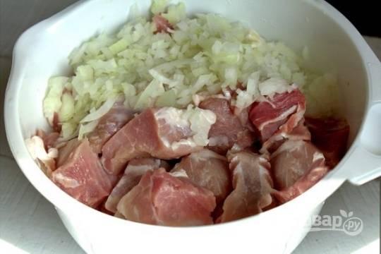 Репчатый лук чистим от шелухи и нарезаем. Затем добавьте лук к мясу.