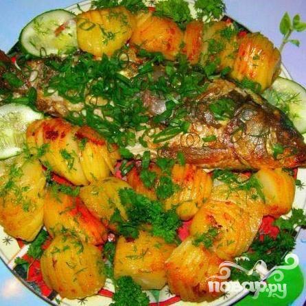 5.После рыбу перекладываем на большую тарелку и украшаем зеленью. Можно подавать к столу.