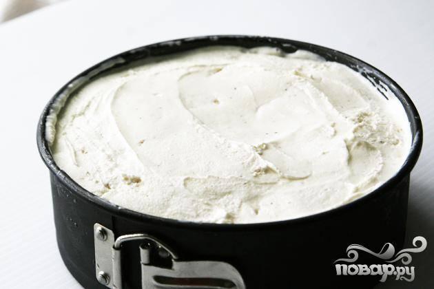 5. Совком для мороженого выложить несколько небольших шариков ванильного мороженого поверх соуса, а затем разровнять ложкой, смоченной в теплой воде. Накрыть полиэтиленовой пленкой и поставить к морозильник по крайней мере на 4-6 часов, пока торт не затвердеет.