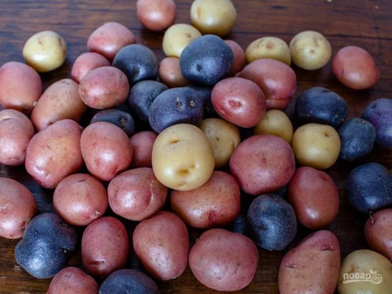 Молодой картофель хорошенько промываем (я беру маленькие клубни, которые идеально подходят в салат). Не очищая, отвариваем картофель до готовности (минут 20 для маленьких клубней).