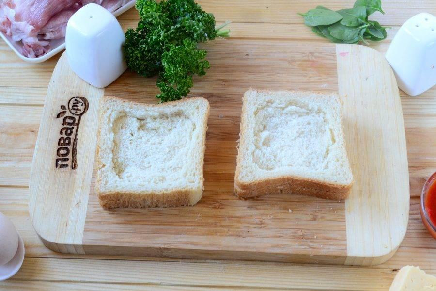 На каждом ломтике хлеба примните мякиш с помощью ложки. У меня ломтики были очень тонкие и крошились, поэтому я сложила по два ломтика вместе, можно и так, но тогда сэндвич получится толще.