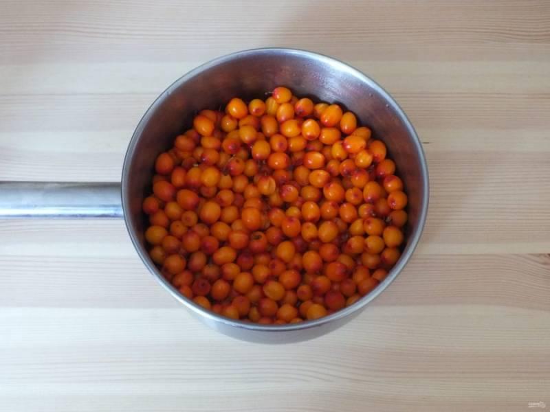 В кастрюле с толстым дном вскипятите воду, добавьте ягоды и продолжайте варить в течение 5 минут после закипания.