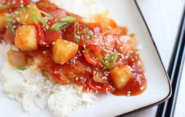 4. Теперь соединим соус с овощами и потушим вместе 5 минут. Поверх гарнира выкладываем кусок курицы, поливаем его соусом и посыпаем кунжутом. Готово!