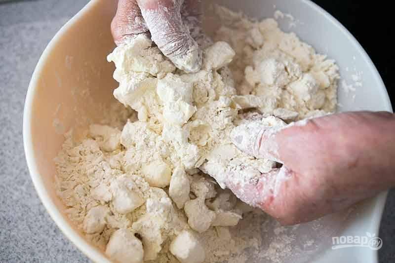 3.Руками перетрите мучную смесь со сливочным маслом.