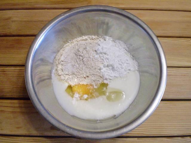 2. Сложите в мисочку абсолютно все продукты. Сахар можно заменить фруктозой. Тщательно перемешайте ложкой и оставьте на 20 минут в тепле.
