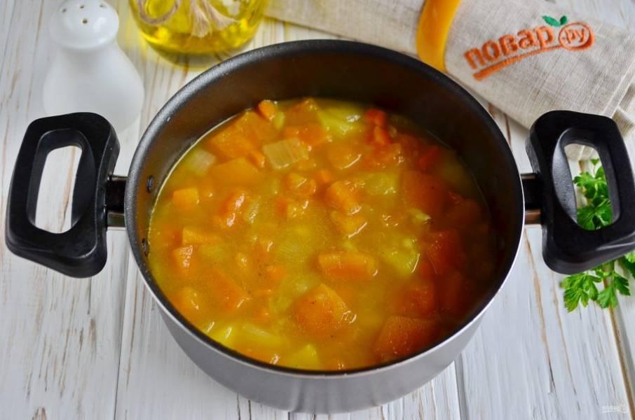 Когда овощи будут готовы, снимите кастрюлю с огня. Погружным блендером пюрируйте суп.