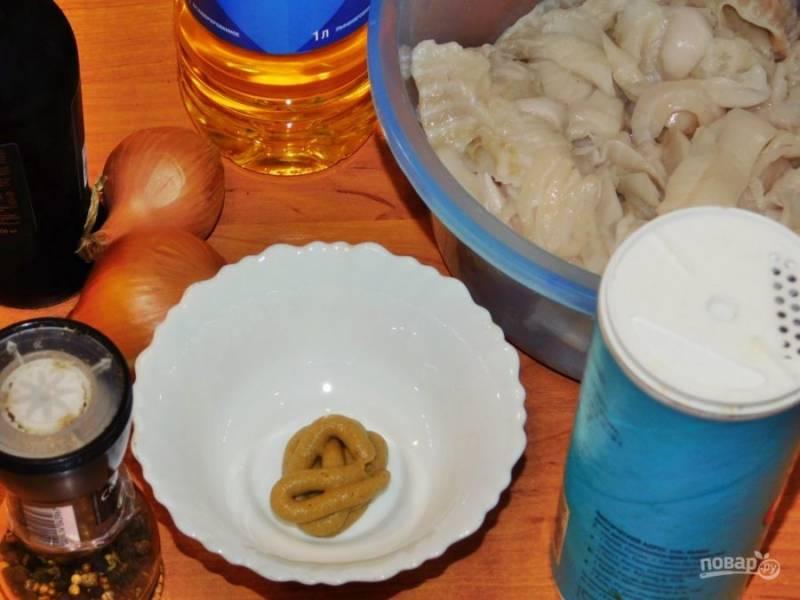 Подготовьте все необходимые ингредиенты. Рыбу нарежьте на кусочки.