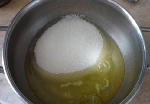 Перекладываем в кастрюлю белки и сахар.
