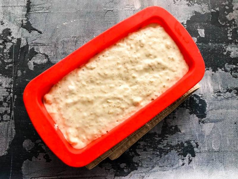 Выложите тесто в форму для выпекания и отправьте в предварительно разогретую до 180 градусов духовку на 30 минут.