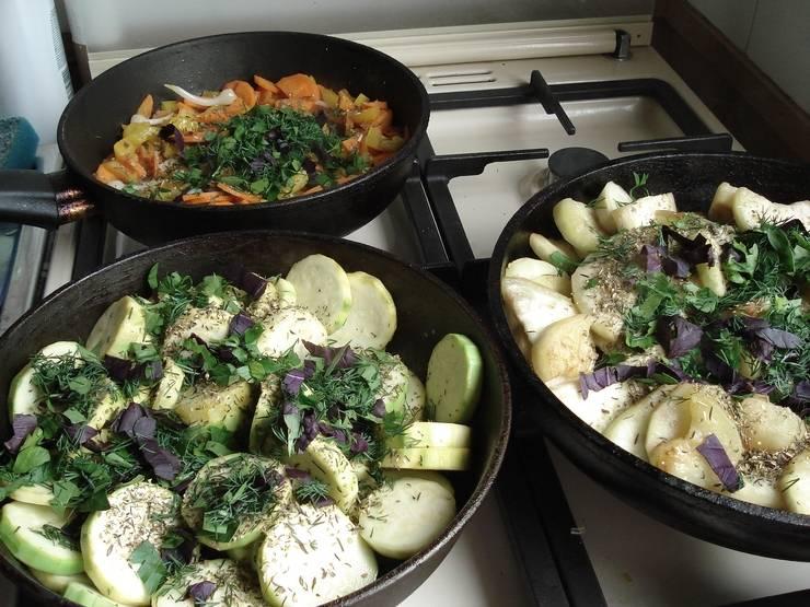 Овощи жарим на сильном огне, перцу лучше сделать поменьше огонь, минут через 15 добавьте зелень, сок лимона и специи.