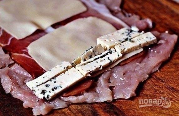 3. После — сыр. В данном случае это и твердый, нарезанный тонко, и с голубой плесенью, нарезанный брусочками.
