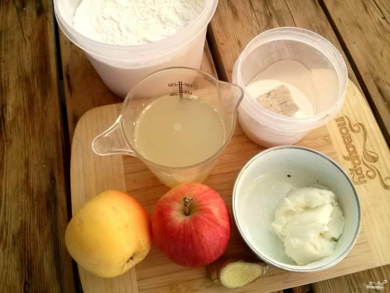 Подготовьте все составляющие: вымойте яблоко, отмерьте необходимое количество сухих ингредиентов.